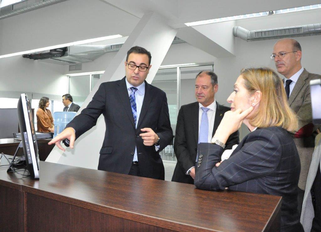 La ministra de fomento ana pastor visita la sede de for Oficina trafico vigo